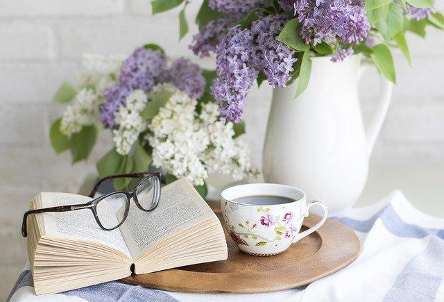 placeri vinovate, cafea, carti, flori